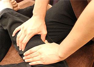背中から足にかけて、太ももやふくらはぎもマッサージ。