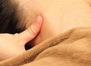 たるみの原因にもなる胸鎖乳突筋をほぐしている。
