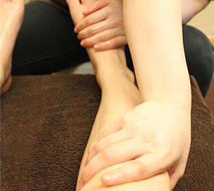 ヒザ下の筋肉をほぐす。