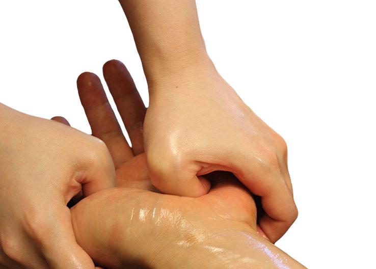 手のひらのコリを、指の骨をつかって力強くマッサージ。