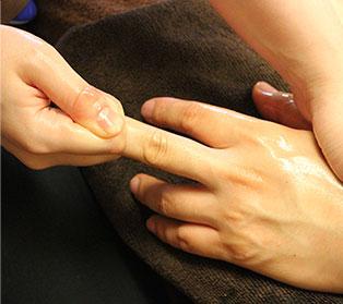 指のリンパマッサージを一本一本行う。