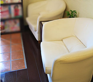 待ち合いスペースのソファー。